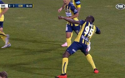 Usain Bolt vstřelil svůj historicky první gól. Netrvalo dlouho a přidal k němu i druhý