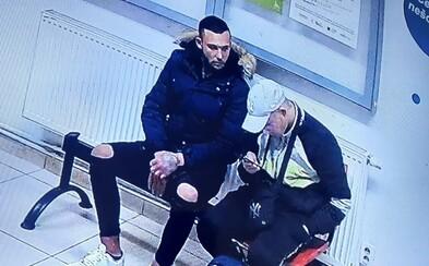 Útočníka, který brutálně kopal člověka na stanici kvůli roušku, stále nechytili