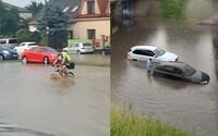 """Utopené autá aj cyklista na """"vodnom bicykli"""". Ako dopadla Bratislava po silnej búrke, ktorá ochromila dopravu?"""