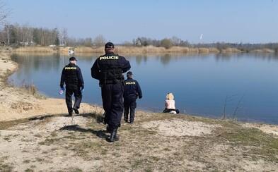 Už aj CNN si všimlo českých nudistov, ktorí si vyzliekli všetko vrátane rúšok. Museli ich napomenúť policajti