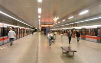 Už žádné tlačenice v pražském metru. LED osvětlení cestujícím napoví, do kterého vagónu nastoupit