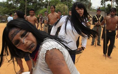 Území amazonských domorodců zabrali zlatokopové, hrozí konflikt a krveprolití