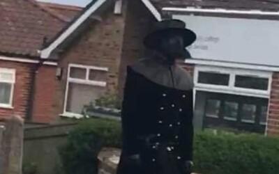 V Anglicku sa prechádza morový doktor zo 17. storočia. Hľadajú ho policajti, lebo cez pandémiu straší deti