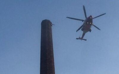 V Anglii se muž zasekl na vrcholu 90metrového komína, ze kterého mu trčely jen nohy