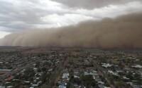V Austrálii konečne prší, búrka však miestnym dáva zabrať. Vyčíňajú mohutné krúpy, povodne a veľký piesočný mrak