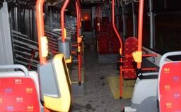 V autobuse napadli mladí agresori starší manželský pár, ženu udierali do tváre. Dnes sa postavili pred súd