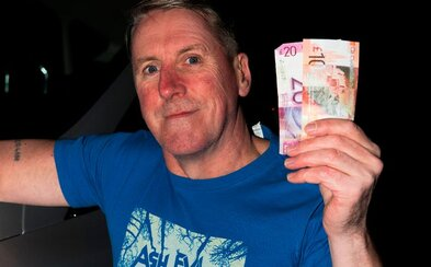 V bankomatu našel 30 liber, vrátil je a za pár minut vyhrál 50 000 liber v sázkové kanceláři. Colin je na svou karmu pyšný