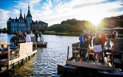 V Belgicku zorganizovali festival na plťkách. Návštevníci tak nemohli tancovať hromadne pri sebe