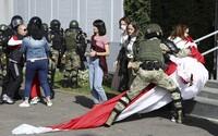V Bielorusku pokračujú protesty, polícia a vojaci zatkli minimálne 250 demonštrantov, blokujú ulice a rozháňajú davy