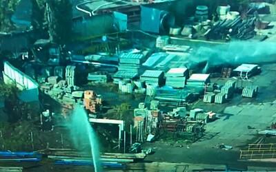 V Bílině hoří sklad s municí, výbuchy otřásají okolím