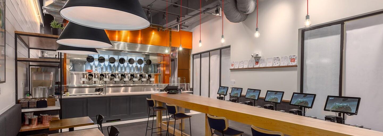 V Bostonu otevřeli restauraci, kde ti jídlo připraví robot. Menu sestavují michelinští kuchaři, oběd stojí 160 korun