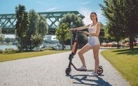 V Bratislave môžeš jazdiť na zdieľanej elektrickej kolobežke. Odomknutie stojí euro, každá minúta jazdenia 15 centov