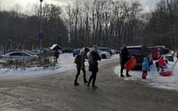 V Bratislave nasnežilo a ľudia húfne vyrazili do prírody. Parkoviská sú preplnené, policajti musia autá odkláňať