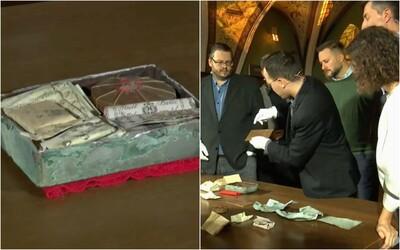 V Bratislave otvorili 176-ročnú časovú schránku z Michalskej veže. Obsahuje staré bankovky a historický odkaz