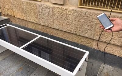 V Bratislave pribudla nová smart lavička. Môžeš si cez ňu dobiť mobil alebo sa pripojiť na Wi-Fi