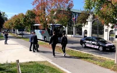 V Bratislave protestuje Únia súkromných autobusových dopravcov. Autobusy blokujú úrad vlády, chystajú sa aj k parlamentu