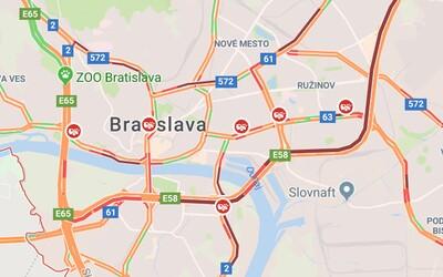 V Bratislave už kvôli snehu skolabovala doprava. Mešká MHD, vodiči hlásia nehody aj kolóny