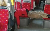 V bratislavskej električke oddychoval cestujúci cez uličku. Rozosmial aj nahneval Slovákov na internete