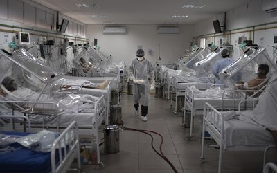 V Brazílii sa v priebehu 24 hodín koronavírusom nakazilo viac ako 55-tisíc ľudí. Presiahli už milión prípadov