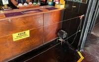 V britské hospodě nainstalovali před bar elektrický drát. Majitel chce donutit lidi udržovat dostatečný odstup