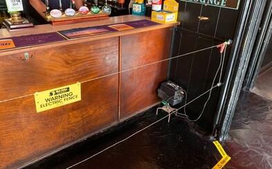 V britskej krčme nainštalovali pred bar elektrický drôt. Majiteľ chce donútiť ľudí udržiavať dostatočný dištanc