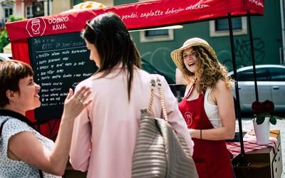 V Brne si môžeš vychutnať horúcu kávu úplne zadarmo. V unikátnej pojazdnej kaviarni sa neplatí peniazmi, ale dobrými skutkami
