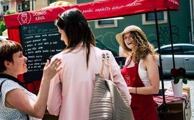 V Brně si můžeš vychutnat horkou kávu zcela zdarma. V unikátní pojízdné kavárně se neplatí penězi, ale dobrým skutkem
