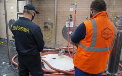 V Brne vyliali za asistencie colníkov 14-tisíc litrov piva do kanála