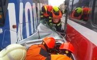 V Brně zamáčkly dvě tramvaje osobní auto, řidiče museli vyprošťovat