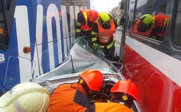 V Brne stlačili dve električky osobné auto, vodiča museli vyslobodzovať