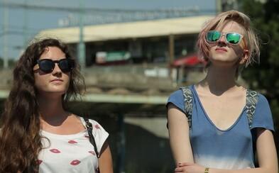 V Čakárni sme sa dočkali jedine nezáživného, strnulého a nudného pokusu o filmovú poéziu (Recenzia)