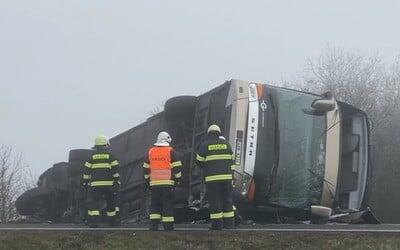 V Čechách se převrátil autobus se 70 studenty, vážněji zraněno bylo několik lidí