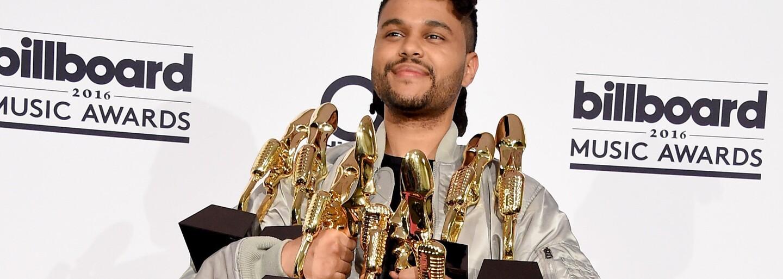 V čem celebrity zářily na růžovém koberci Billboard Music Awards?