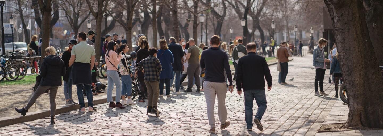 V centre Bratislavy akoby pandémia neexistovala. Ľudia si užívajú teplé počasie na preplnených námestiach, mnohí bez rúšok