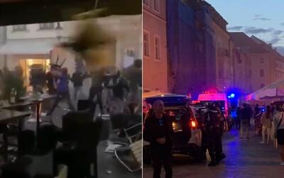 V centru Bratislavy se strhla hromadná bitka. Video zachycuje létající židle, stoly i pěsti