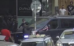 V centru Prahy bylo ohlášeno možné ozbrojené vloupání. Policie po zásahu zabavila zbraň a zatkla tři cizince