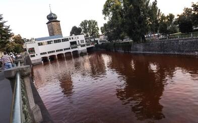 V centru Prahy zrudla Vltava. Aktivisté do ní nalili červenou barvu jakožto protest proti komerci