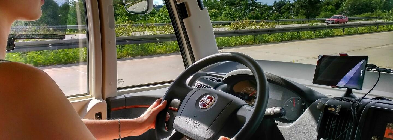 V Česku by se mohly vydávat řidičáky na zkoušku. Mladé řidiče by to mohlo umírnit