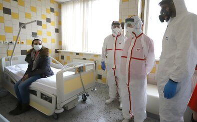 V Česku byli první tři lidé vyléčeni z nákazy koronavirem