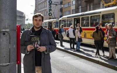 V Česku je na ulici 8-tisíc detí. Často sa živia prostitúciou, hovorí autor knihy Homeless Guide