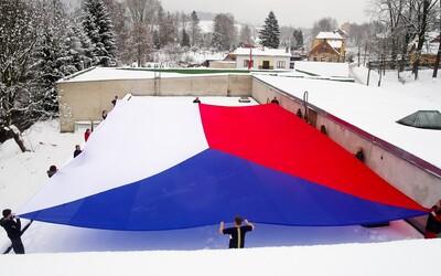 V Česku padl nový rekord. Byla vytvořena největší národní vlajka, která bude součástí oslav 100 let od vzniku Československa