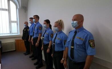 V Plzni zaměstnali trestaného neonacistu jako městského policistu, nyní ho nemohou vyhodit. Sám odejít odmítá