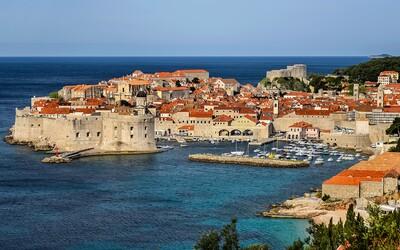 V chorvátskom Dubrovniku zakázali kúpanie v mori. Zamorili ho fekálie, ľudia do vody nemôžu vstupovať
