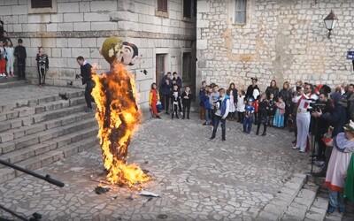 V Chorvátskom meste podpálili figurínu homosexuálneho páru s dieťaťom. Bola to súčasť festivalu