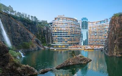 V Číně otevřeli luxusní hotel umístěný v 90metrovém zaplaveném lomu