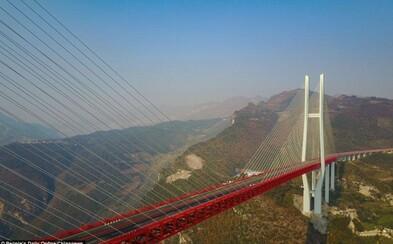V Číne otvorili najvyšší most sveta! S výškou viac než pol kilometra je porovnateľný s mrakodrapmi