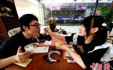 V Číne otvorili reštauráciu, kde ťa nakŕmia slečny oblečené ako slúžky. Návštevníci ich služby milujú
