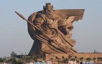 V Číně postavili skoro 60metrovou sochu generála, ale místním se nelíbí. Vláda ji přesune, ale bude to stát 20 milionů dolarů
