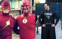 V crossoveri Elseworlds uvidíme Supermana v čiernom obleku a Flasha s Arrowom s vymenenými identitami