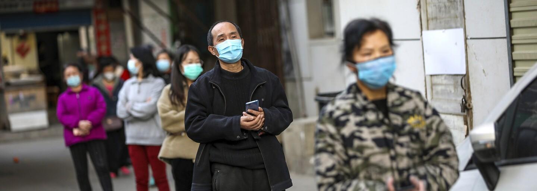 V epicentre koronavírusu čínskom meste Wu-chan sa uvoľňuje prísna karanténa. Cez víkend prišiel do mesta prvý vlak od januára